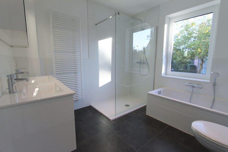 Badkamer met inloopdouche in nieuwbouwproject te Kontich