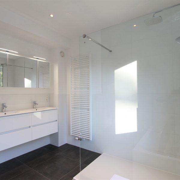 Dubbele lavabo en inloopdouche in badkamer.
