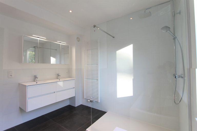 Dubbele lavabo en inloopdoche in nieuwbouwproject te Kontich.