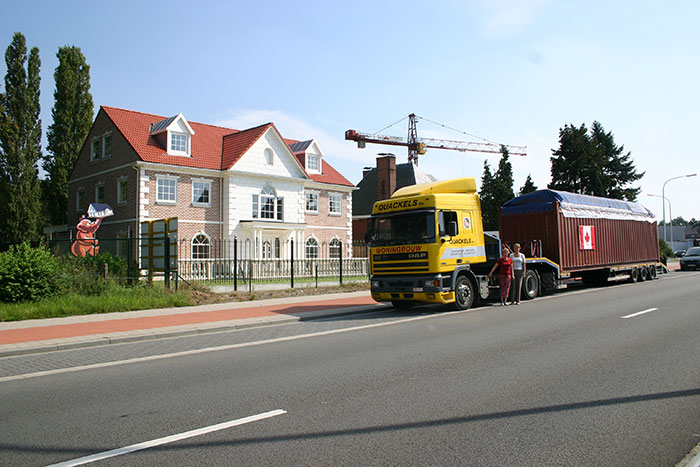 Quackels Woningbouw N.V. vrachtwagen met man voor.