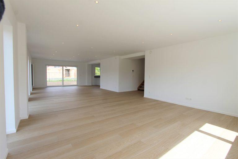 Living met bruine parket in nieuwbouwproject van Quackels Woningbouw.