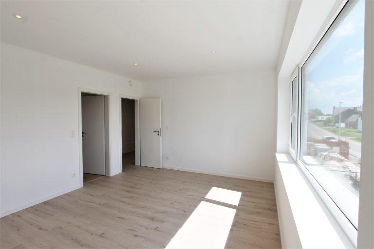 Grote slaapkamer met aangehechte badkamer in nieuwbouw van Quackels Woningbouw.