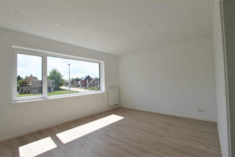 Groot raam in grote slaapkamer in nieuwbouw van Quackels Woningbouw.