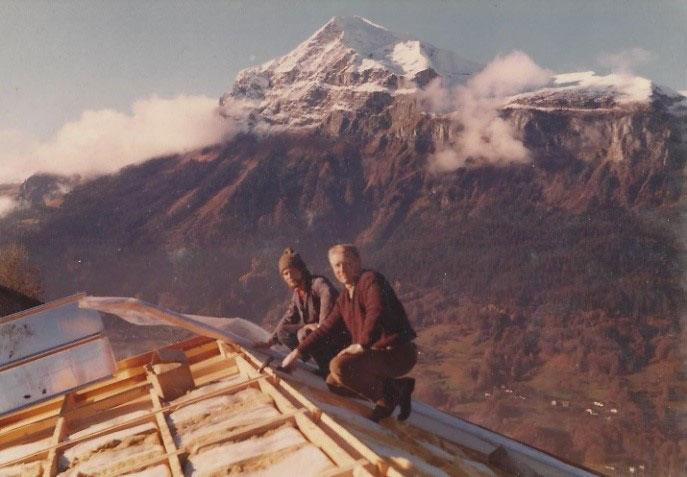 J. Quackels op het dak van een huis, aan het bouwen.