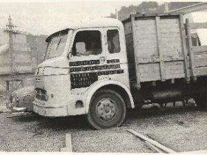 Oude vrachtwagen om een huis te bouwen
