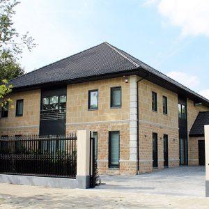 Gele prefabwoning gebouwd door bouwbedrijf Quackels Woningbouw