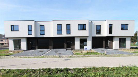 Witte driewoonst in Schriek, met veel ramen om lichtrijke ruimtes te bekomen.