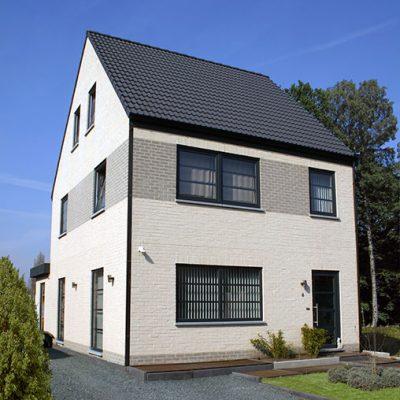 Wit/grijze halfopen nieuwbouw woning gebouwd door Quackels Wonignbouw
