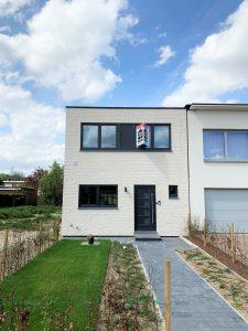 Witte Q-big gebouwd als investering. De woning is in een gesloten verband gebouwd, maar de woning ernaast moet nog gebouwd worden.