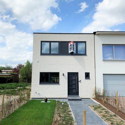 Witte, gesloten bebouwing in Aartselaar, Antwerpen