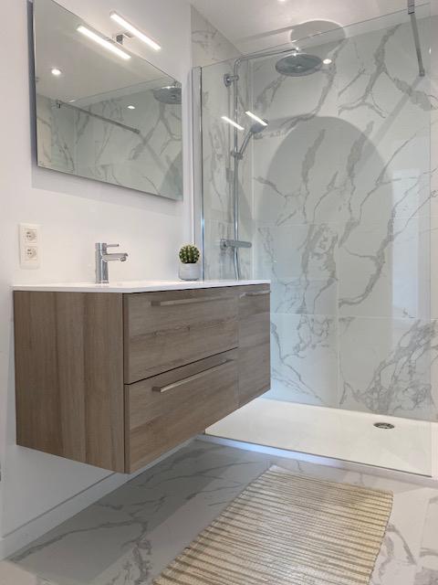 Badkamer met marmeren muren door Quackels Woningbouw